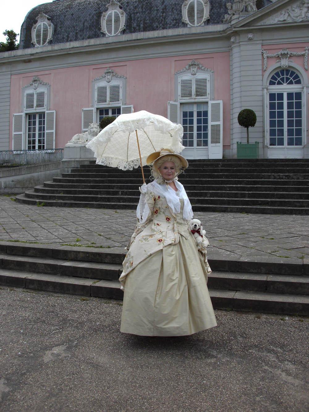 """Andrea Schweinsberg vom """"Jardin des Epoque"""" posiert als """"Walking Act"""" vor dem Benrather Schloss beim Barockfest. - Foto: C. Hötzendorfer"""
