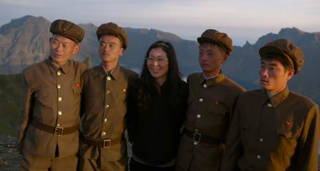 Filmemacherin Cho mit nordkoreanischen Militärs. Foto: Kundschafter Filmproduktion