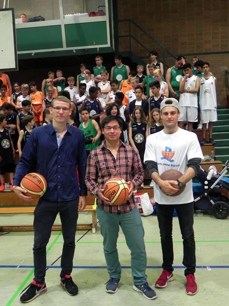 Tim Thesing, Michael Lim und Niklas Lehnert wollen vier Wochen lang zu Fuß nach Rom laufen für einen guten Zweck. - Foto: privat