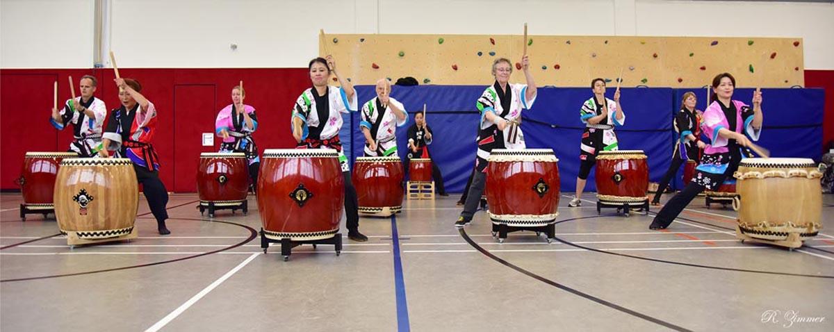 """Die Schülergruppe """"Taiko Dojo"""" spielte das traditionelle Stück """"Isami Goma"""" (jap. galoppierende Pferde). Foto. R. Zimmer"""