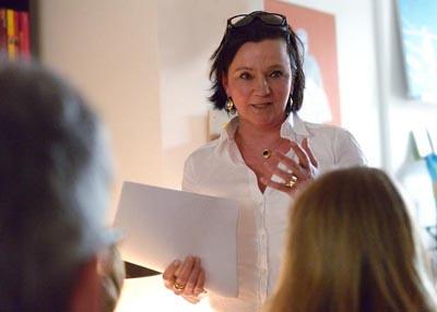 Die Düsseldorfer Krimi-Autorin Stefanie Koch aka Mia Winter verbindet ihre Lesungen gern mit kulinarischen Köstlichkeiten. - Foto: privat